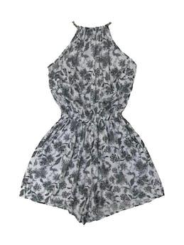Enterizo short de tela fresca blanca con estampado de flores negras, se amarra atrás en el cuello, lleva elástico en la cintura y bolsillos foto 1