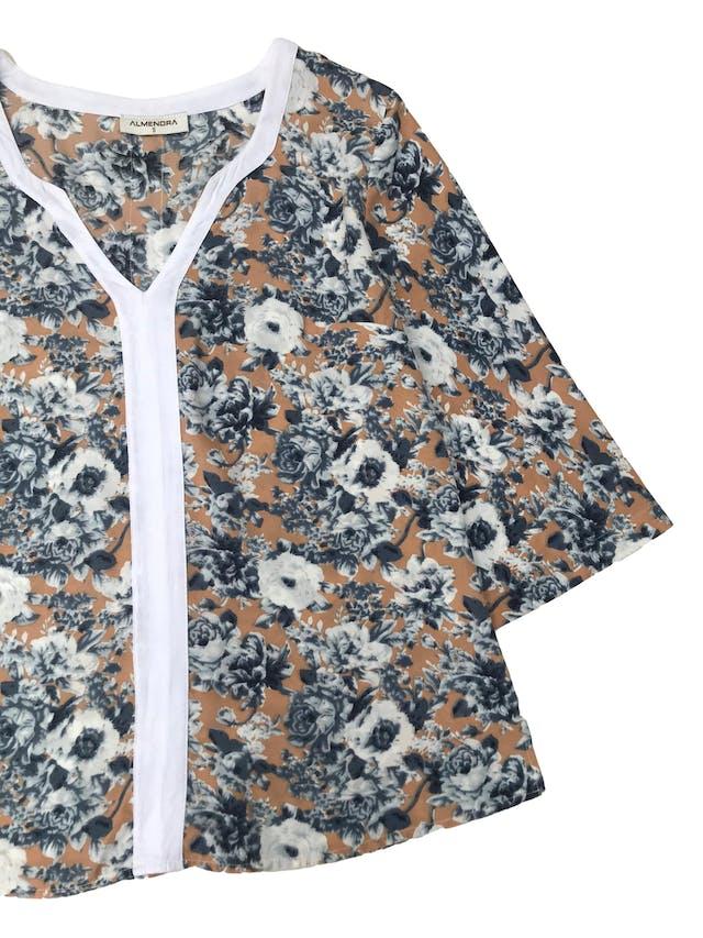 Blusa almendra de tela plana melón con estampado de flores blancas y azules, ribete blanco en el cuello y manga 3/4. Busto 98cm foto 2