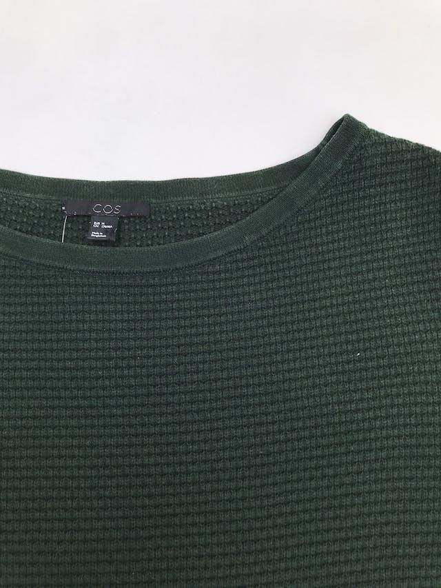 Chompa COS verde con textura, 100% algodón, manga 3/4. Precio original S/ 200. Tiene ligeros signos de uso.  foto 2
