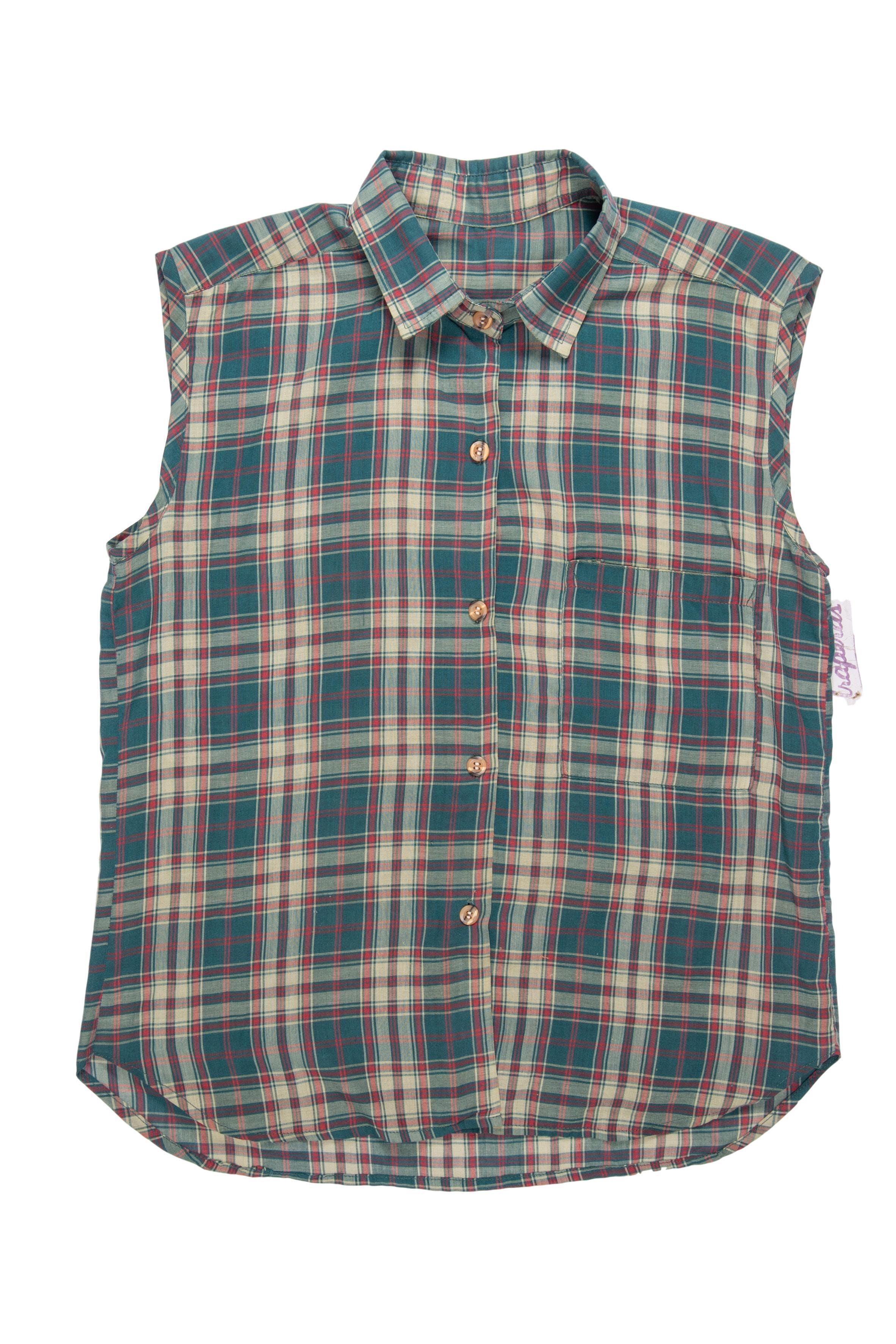 Blusa de cuadros en tonos verdes y rojos, bolsillo en el pecho y fila de botones en el medio. Busto 96cm