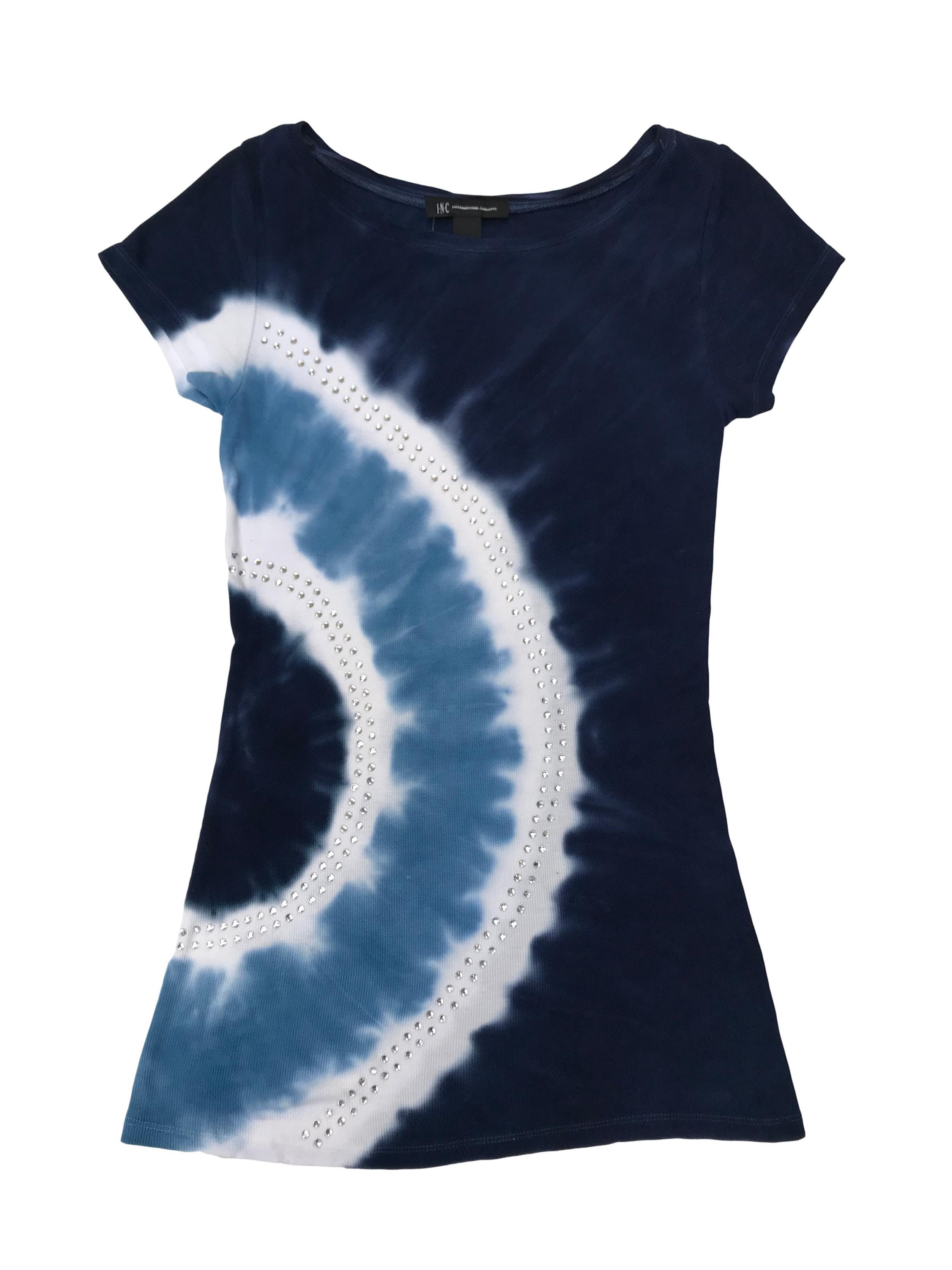 Polo I-N-C International Concepts con estampado tie dye en tono azul, blanco y celeste, aplicaciones de strass. Precio Original S/. 180