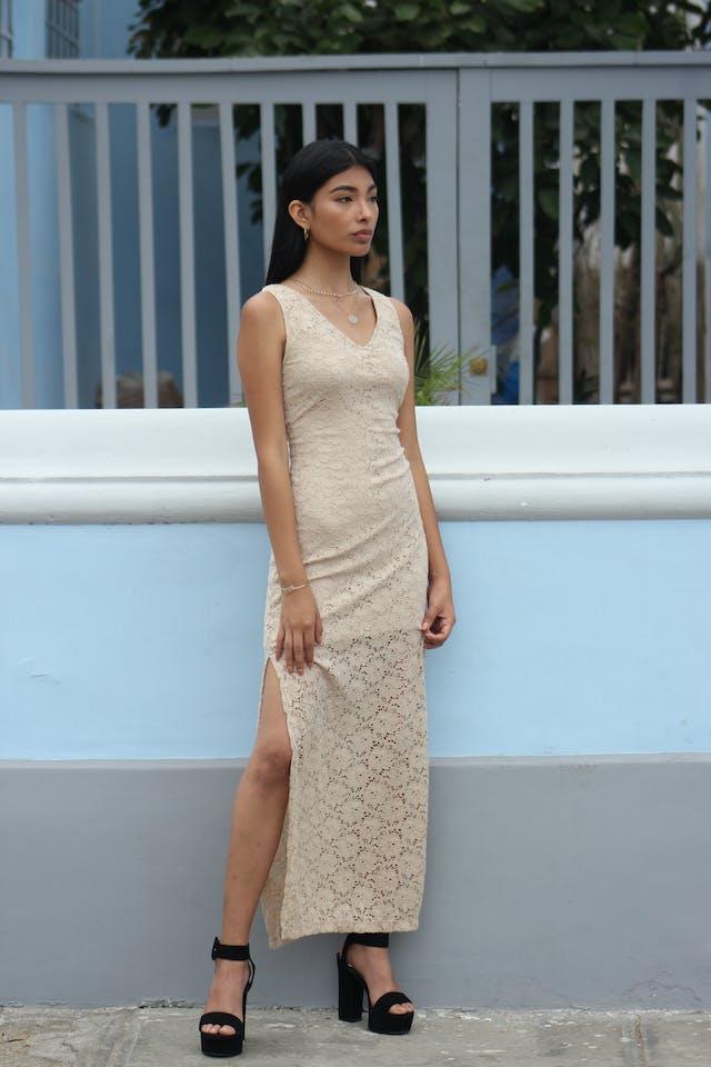 Vestido de encaje beige stretch, con forro hasta las rodillas, escote en V y aberturas laterales en la basta Talla S foto 1