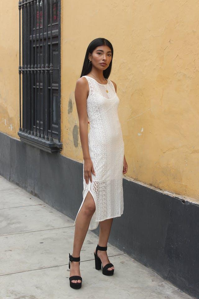 Vestido Mango blanco tela tipo encaje forrado, aberturas laterales, muy fresco Talla S foto 1