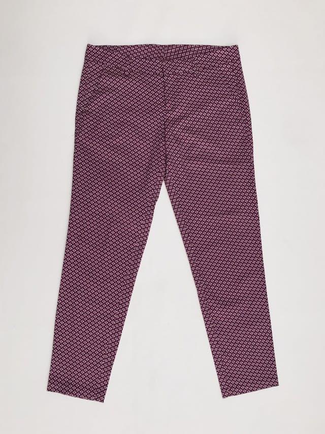 Pantalón Benetton estampado geométrico morado y crema, bolsillos laterales, corte pitillo. ¡Lindo! Precio original S/ 280 Talla 28 foto 1