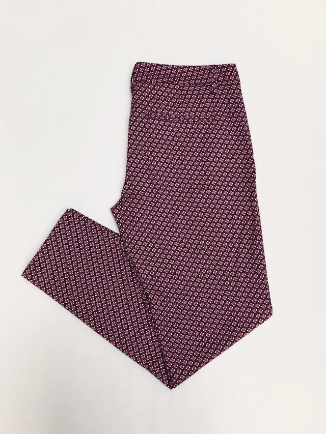 Pantalón Benetton estampado geométrico morado y crema, bolsillos laterales, corte pitillo. ¡Lindo! Precio original S/ 280 Talla 28 foto 2
