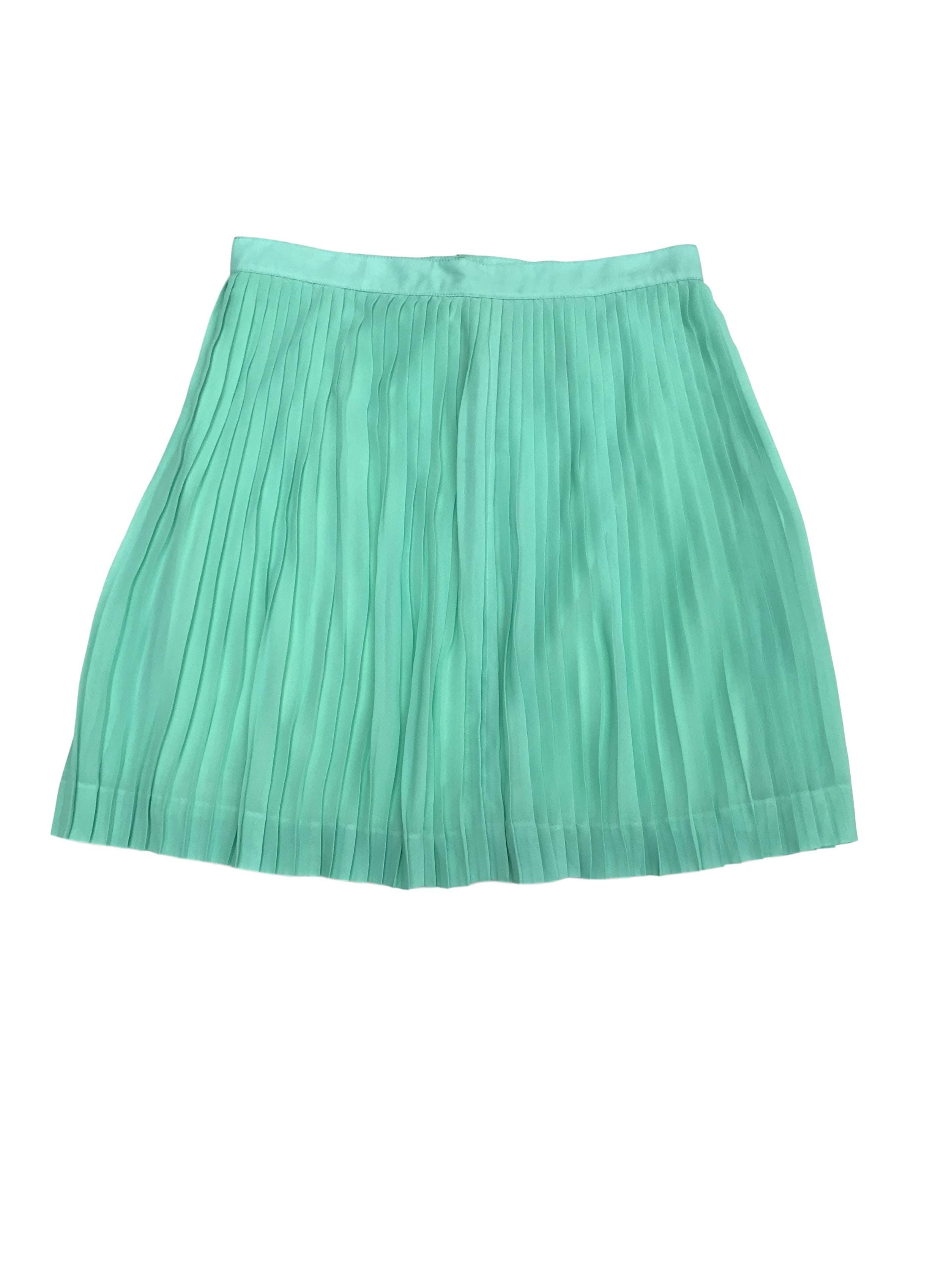 Falda plisada verde agua, forrada, cierre y botón posterior. Largo 46cm