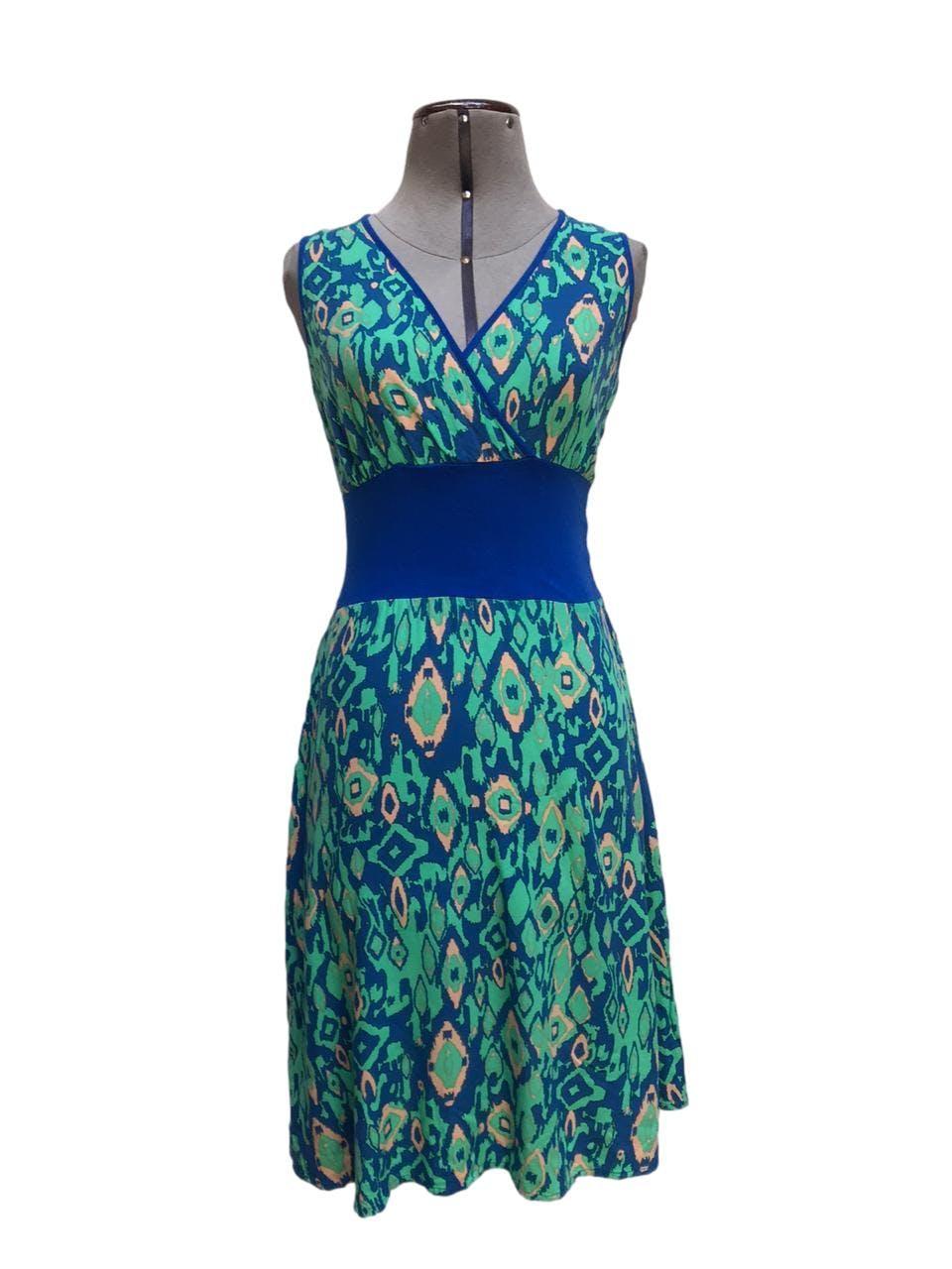 Vestido azul con estampado tipo rombos verde agua, escote cruzado, pretina ancha azul en la cintura Talla S