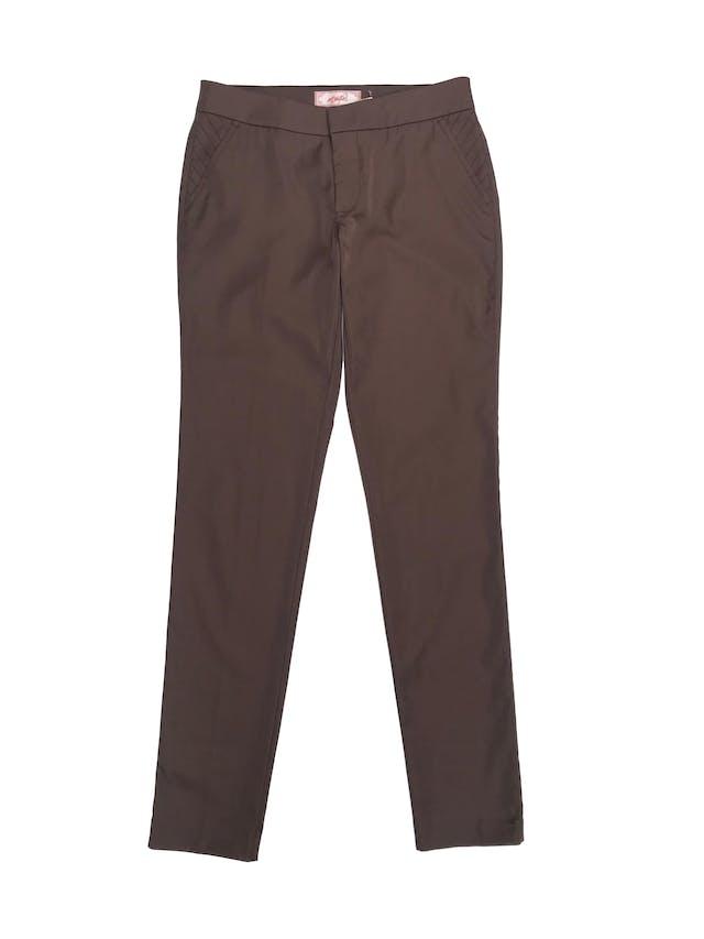 Pantalón Essentiel marrón satinado, tiro medio, corte slim, y con bolsillos. Pretina 76cm foto 1