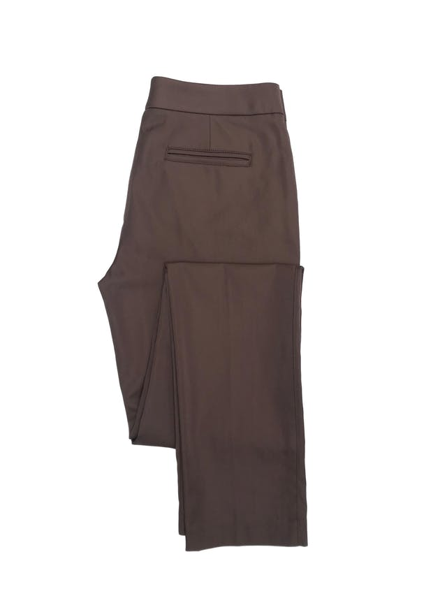 Pantalón Essentiel marrón satinado, tiro medio, corte slim, y con bolsillos. Pretina 76cm foto 2