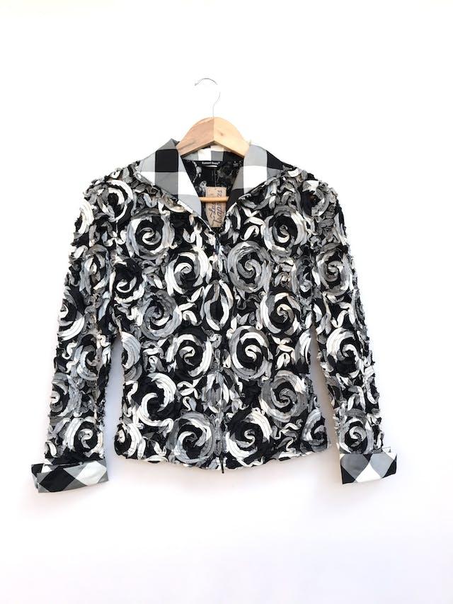 Casaca delgada / blusa Samuel Dong de encaje negro con aplicaciones de espirales en relieve, tonos negro, crema y plomo, lleva cierre delantero. Precio original S/ 400 Talla S foto 1