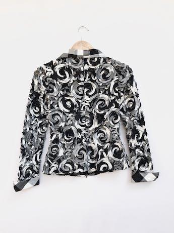 Casaca delgada / blusa Samuel Dong de encaje negro con aplicaciones de espirales en relieve, tonos negro, crema y plomo, lleva cierre delantero. Precio original S/ 400 Talla S foto 2