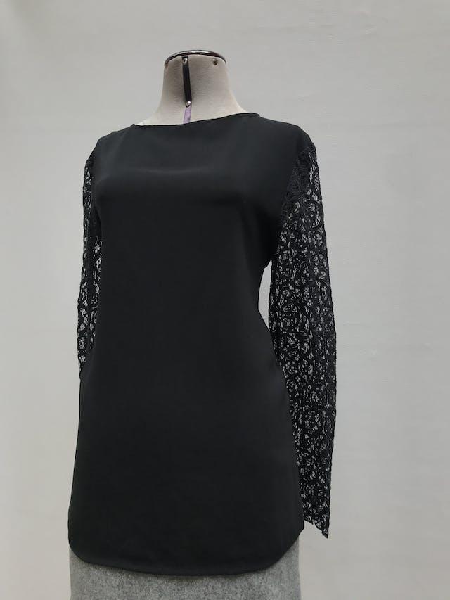 Blusa Moda&cia negra con mangas de guipur. Muy linda! Talla L foto 2