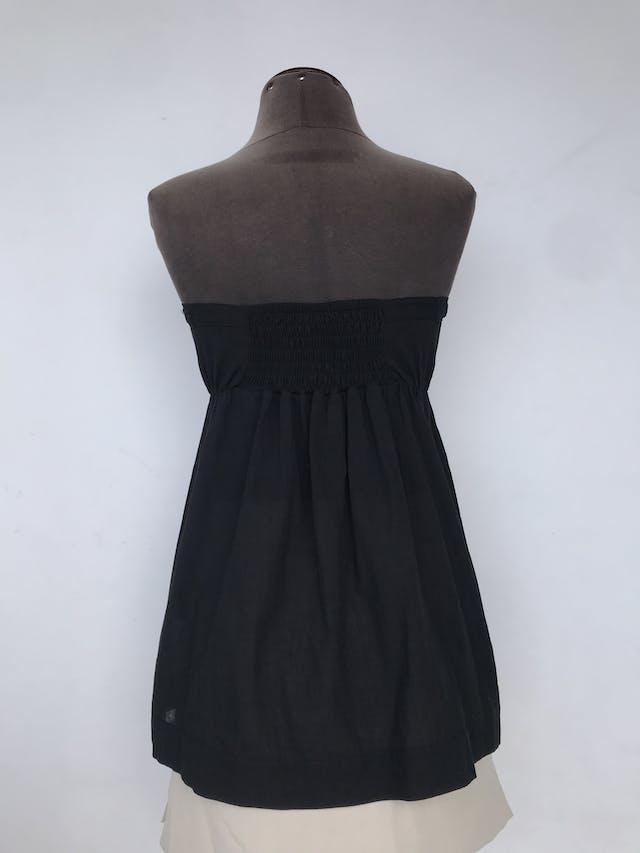 Blusa strapless Moda & Cia negra con lazo para amarrar en el escote y detalles de guipure en el delantero, panal de abeja posterior, 100% algodón Talla S foto 2