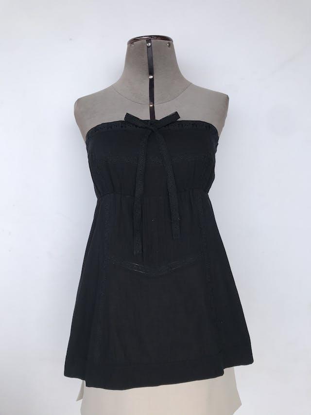 Blusa strapless Moda & Cia negra con lazo para amarrar en el escote y detalles de guipure en el delantero, panal de abeja posterior, 100% algodón Talla S foto 1