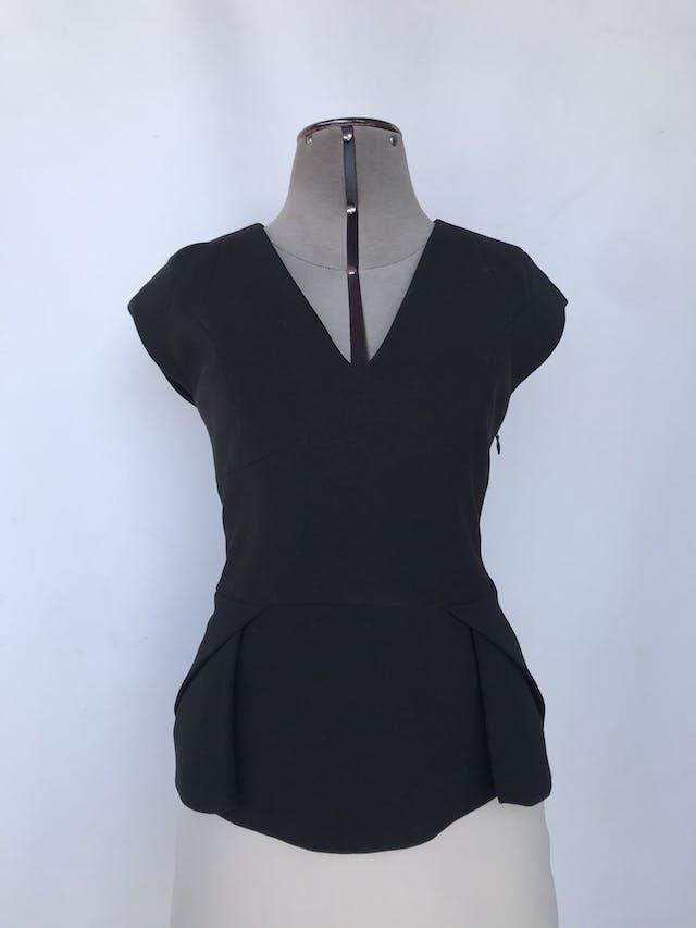 Blusa Mentha & Chocolate tela tipo sastre negra, forrada, cortes delanteros y cierre lateral Talla M foto 1