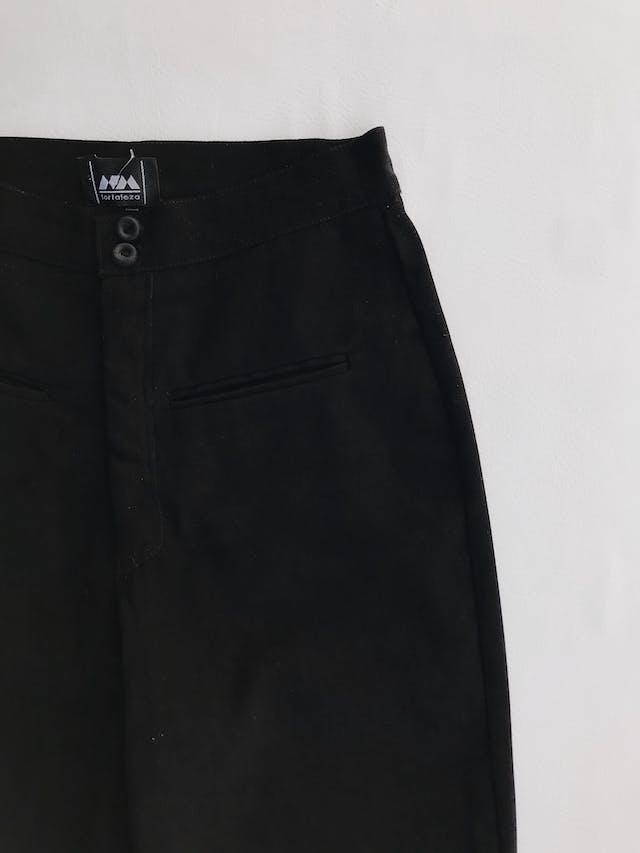 Pantalón vintage negro a la cintura, tela tipo pana, pretina delgada con dos botones, bolsillos delanteros y pinzas posteriores y pierna recta. ¡Lindo! Talla 26 foto 2
