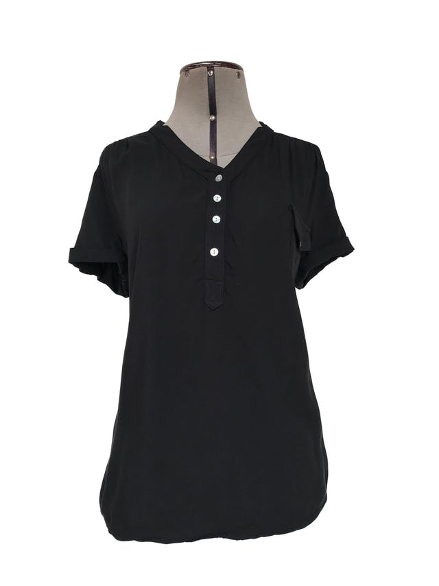 Blusa negra de tela fresca tipo chalis, botones nacarados en el escote, bolsillo y mangas regulables con botón Talla M foto 1