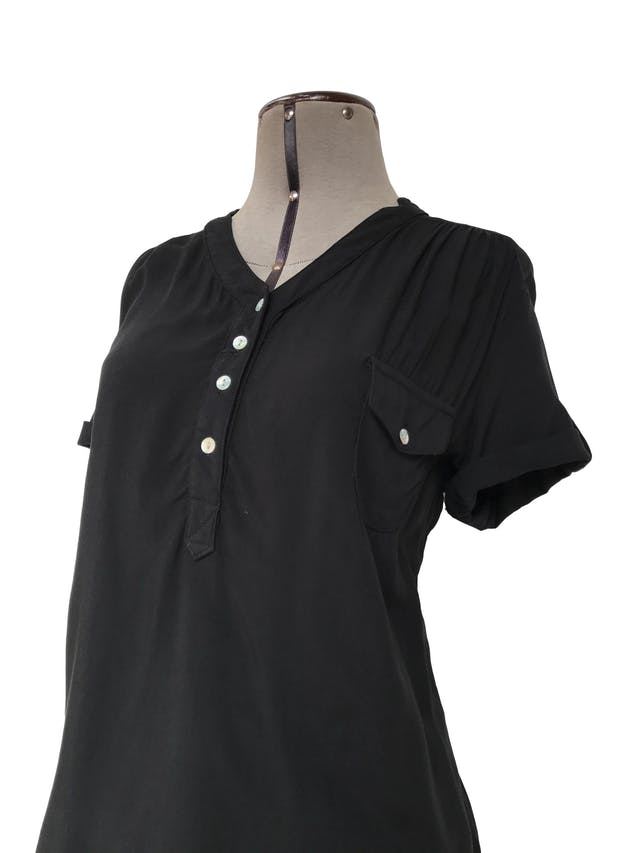 Blusa negra de tela fresca tipo chalis, botones nacarados en el escote, bolsillo y mangas regulables con botón Talla M foto 2
