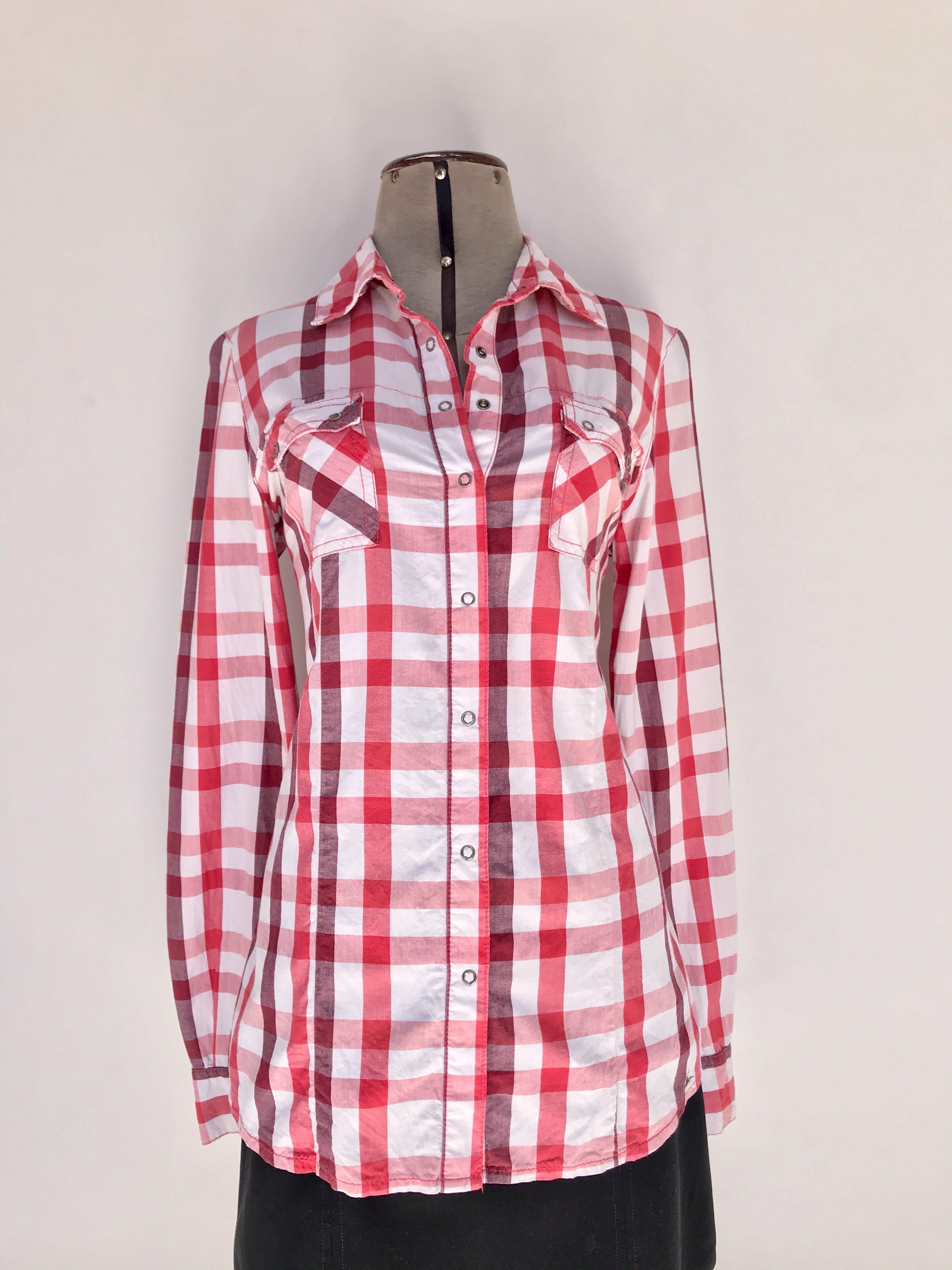 Blusa Exit a cuadros rojos y blancos, camisera con broches y bolsillos delanteros, tiene pinzas Talla M