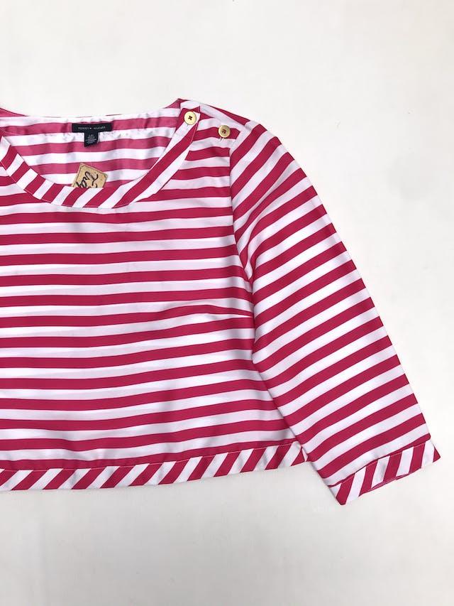 Blusa corta Tommy Hilfiger a rayas blancas y fucsia, botones dorados en un hombro ¡Nos encanta! Precio original S/ 300 foto 2