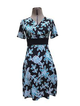 Vestido negro con estampado de flores celestes, tela tipo lycra, escote cruzado Talla S foto 1