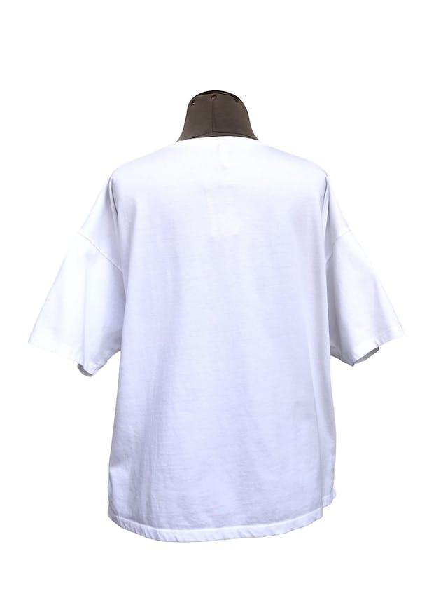 Polo Stradivarius blanco 100% algodón con bordado de corazón azul en el pecho, estilo oversize, aberturas laterales en la bastaTalla L foto 3