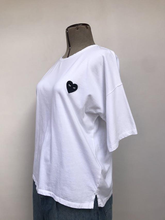 Polo Stradivarius blanco 100% algodón con bordado de corazón azul en el pecho, estilo oversized, aberturas laterales en la basta Talla L foto 1