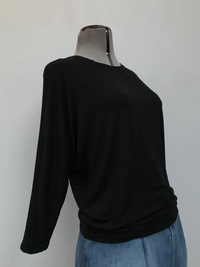Polo Kenar negro 95% modal 5% spandex, manga murciélago 3/4, tela rica al tacto con linda caída. Precio original S/180 Talla M foto 2