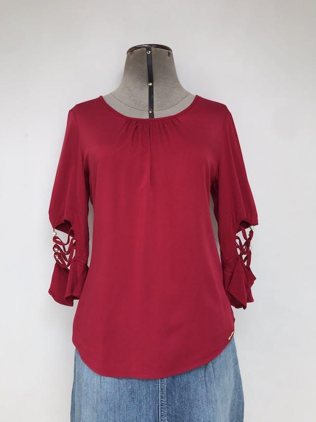 Blusa roja, tela fresca tipo chalis, mangas con calado y perlas Talla S foto 1