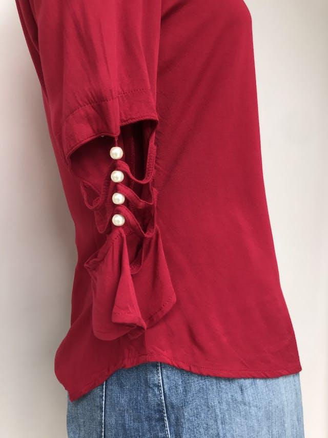 Blusa roja, tela fresca tipo chalis, mangas con calado y perlas Talla S foto 2