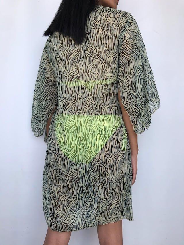 Salida de baño / vestido de gasa animal print verde y negro, escote en V con plisado y mangas abiertas Talla M foto 2