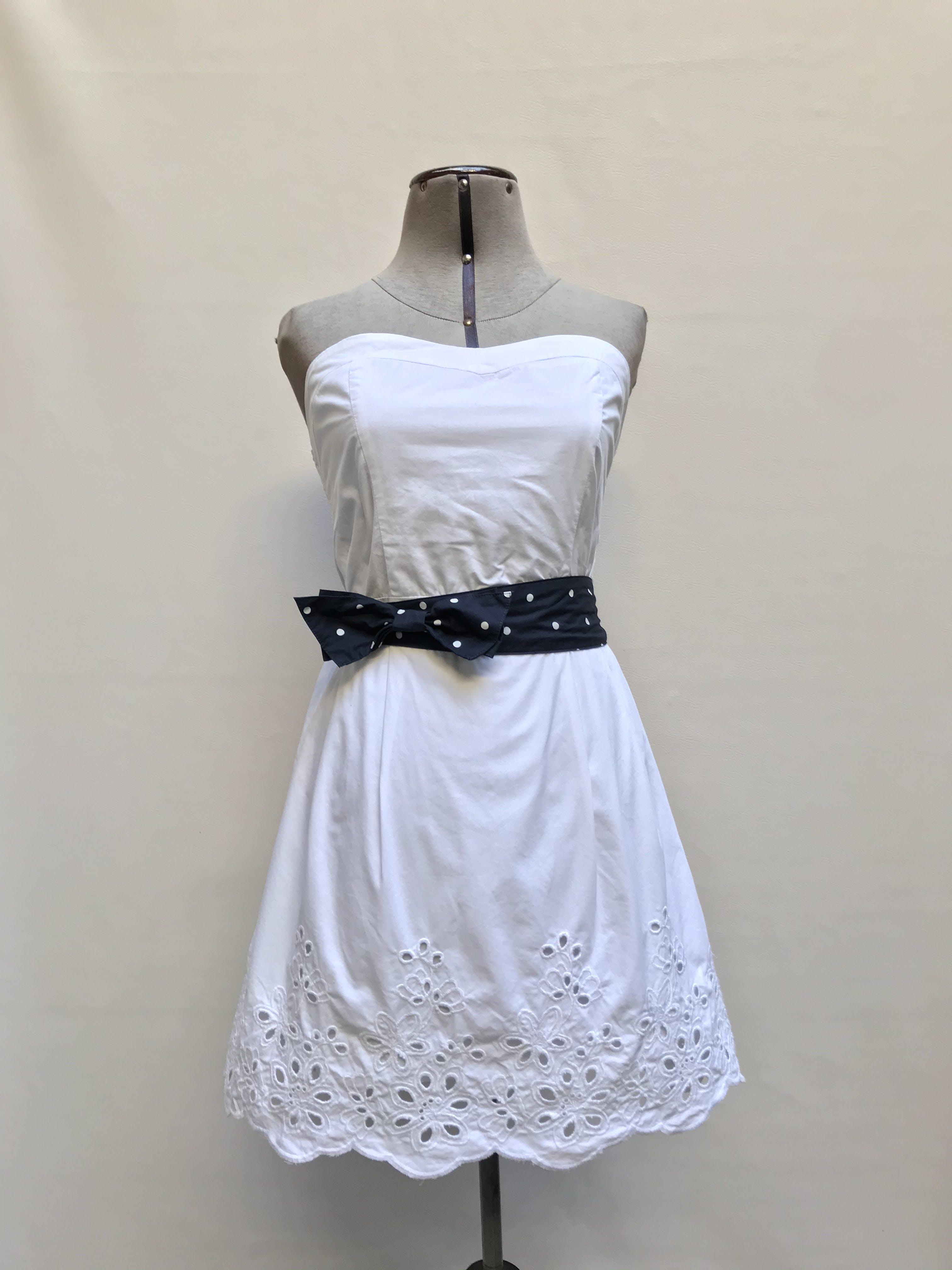 Vestido strapless blanco, 100% algodón estructurado, con bordado y calado en la basta, panal de abeja en la espalda, forrado y cinto azul con lunares Talla M