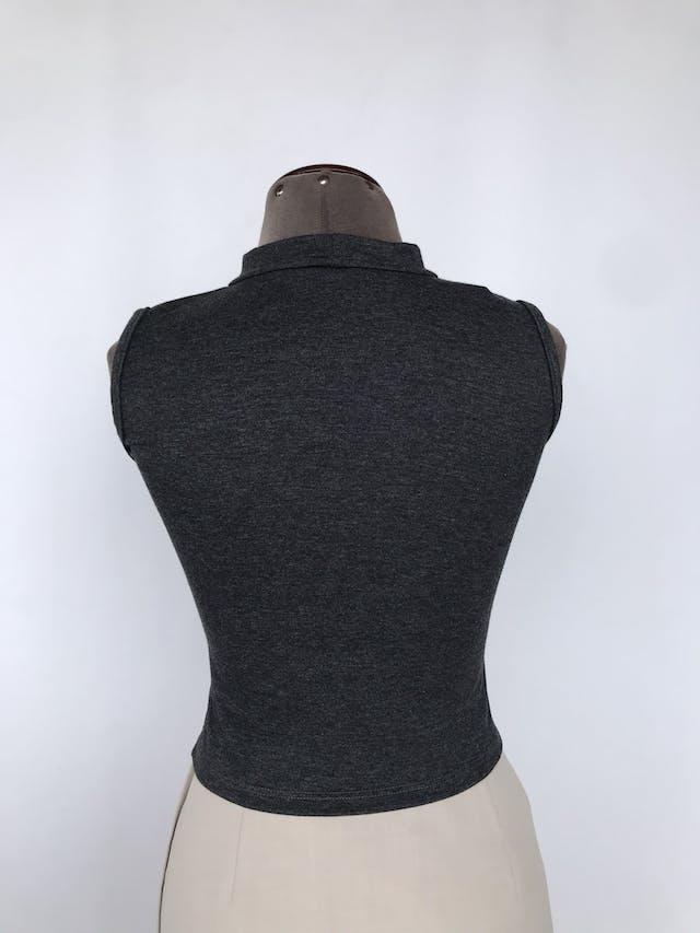 Polo crop gris, cuello alto con estacote gota, tela tipo algodón stretch Talla S foto 2