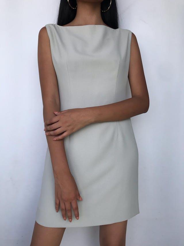 Vestido recto, plomo de tela tipo crepé, forrado, cuello ojal. Talla M foto 2