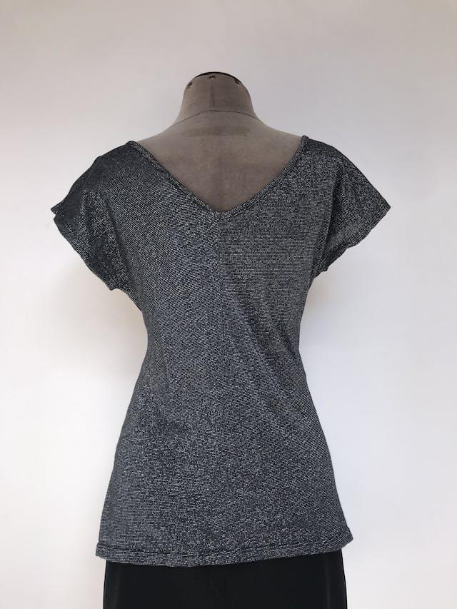 Blusa Zara de tela gris y plateada, tela tipo punto delgado, escote caído delantero y en V posterior Talla M foto 2