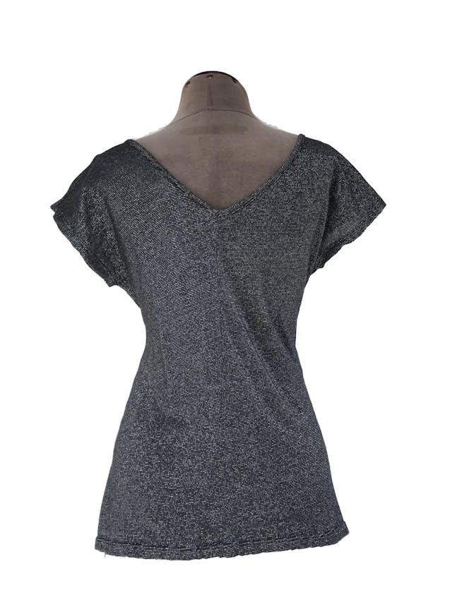 Polo Zara de tela gris y plateada, tela tipo punto delgado, escote caído delantero y en V posterior foto 2
