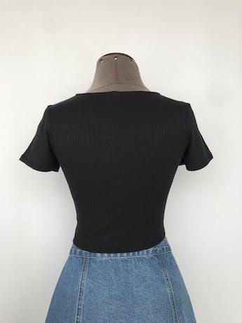 Polito de tela acanalada negra con botones en el centro Talla XS/S foto 2