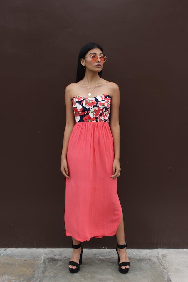 Vestido strappless, pecho floreado, falda coral, aberturas laterales, cierre en la espalda, elástico en la cintura y parte superior de la espalda foto 1