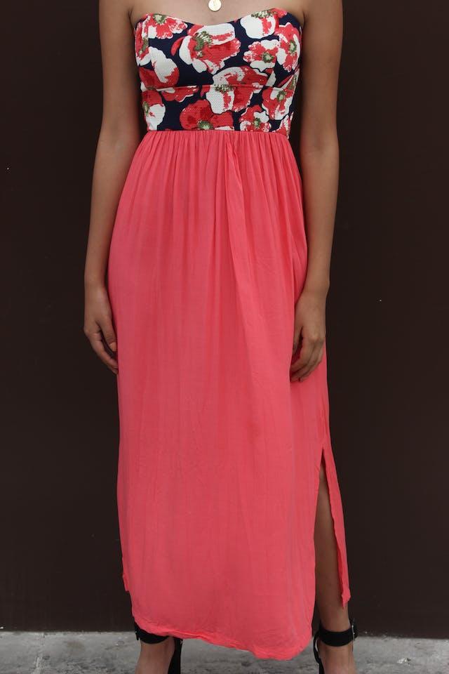 Vestido strappless, pecho floreado, falda coral, aberturas laterales, cierre en la espalda, elástico en la cintura y parte superior de la espalda foto 2