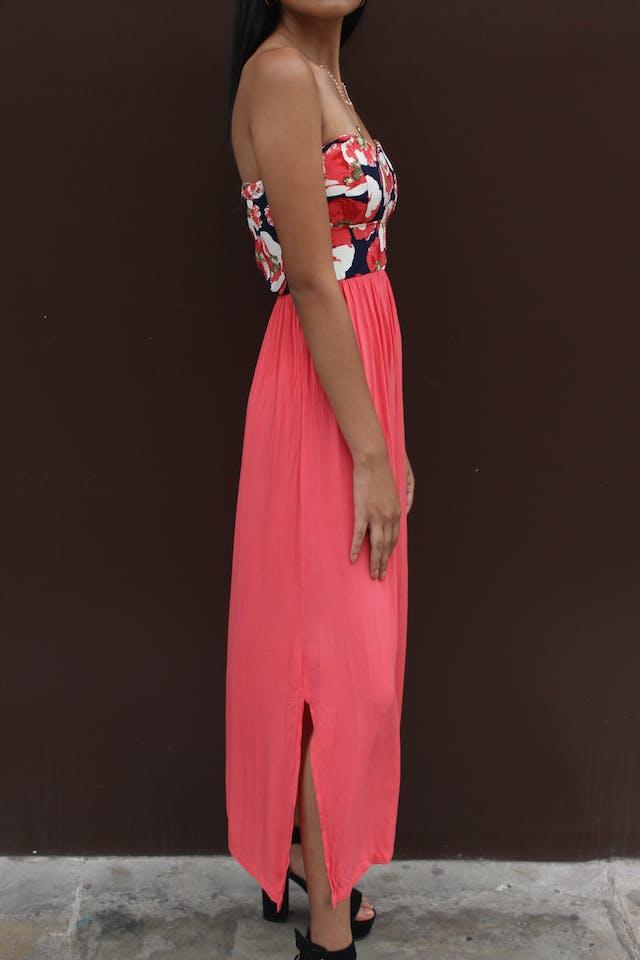 Vestido strappless, pecho floreado, falda coral, aberturas laterales, cierre en la espalda, elástico en la cintura y parte superior de la espalda foto 3