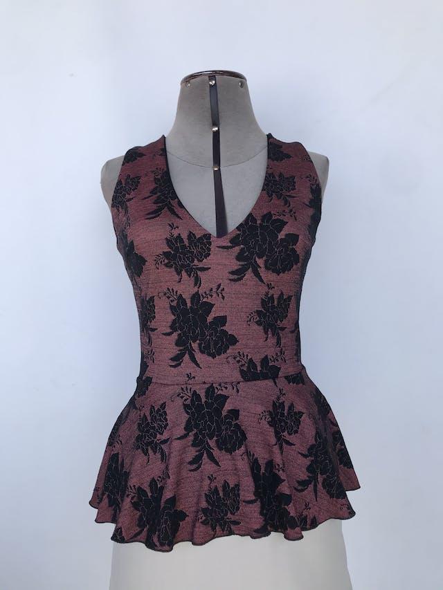 Blusa rosa con jaspeado negro y estampado de flores, escote en V, corte en la cintura y volante asimétrico en la basta, lleva forro superior Talla M foto 1