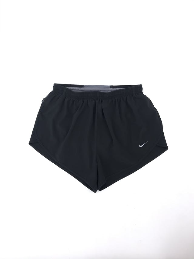 Short deportivo Nike negro de taslán, elástico en la cintura con regulador. Precio original S/120  Talla M (28/30) foto 1