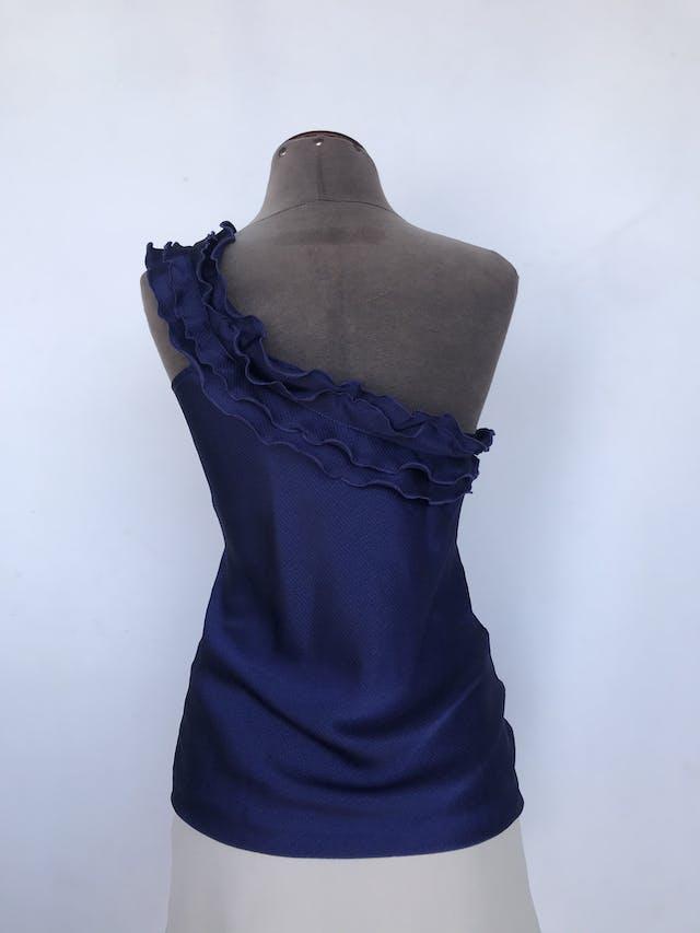 Blusa one shoulder morada satinada con textura de rayas, volantes en el escote. Linda!  Talla S foto 2
