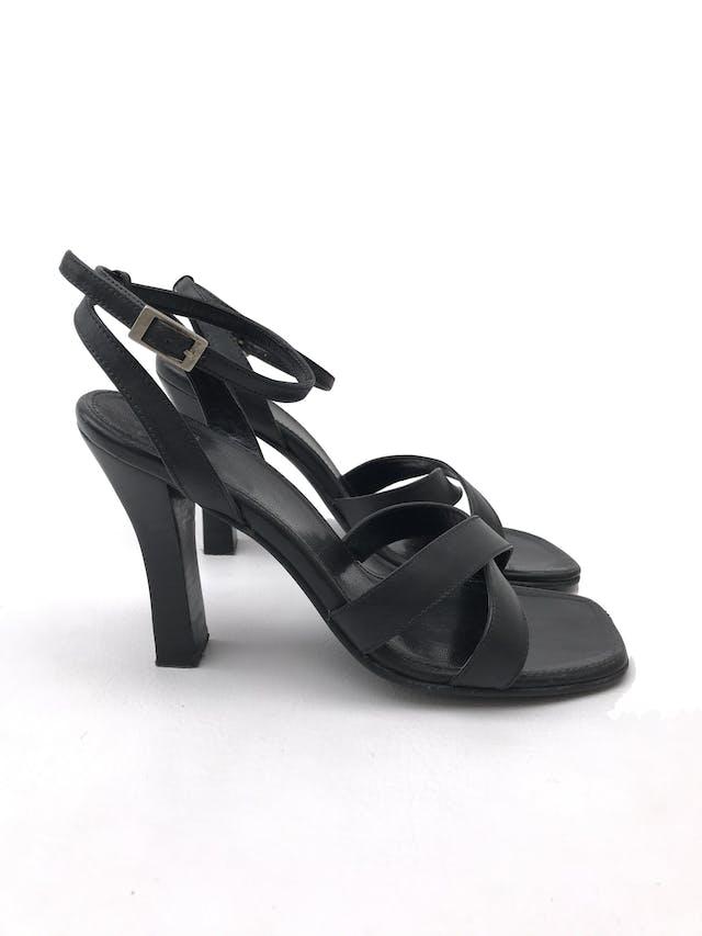 Sandalias Pazzo taco 9cm, de cuero negro, correa en el tobillo y punta cuadrada. Estado 9/10 foto 1