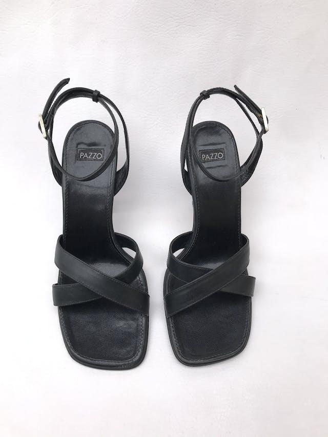 Sandalias Pazzo taco 9cm, de cuero negro, correa en el tobillo y punta cuadrada. Estado 9/10 foto 2