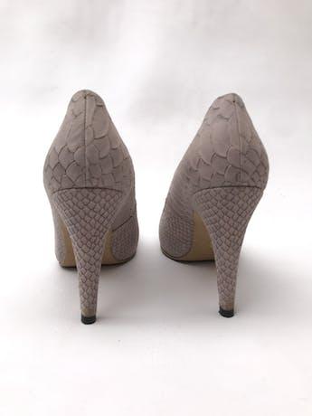 Zapatos stilettos HUMA BLANCO de cuero lila con textura pitón, taco 9cm. HERMOSOS Y EN EXCELENTE ESTADO 9/10. Precio original S/ 880 foto 3
