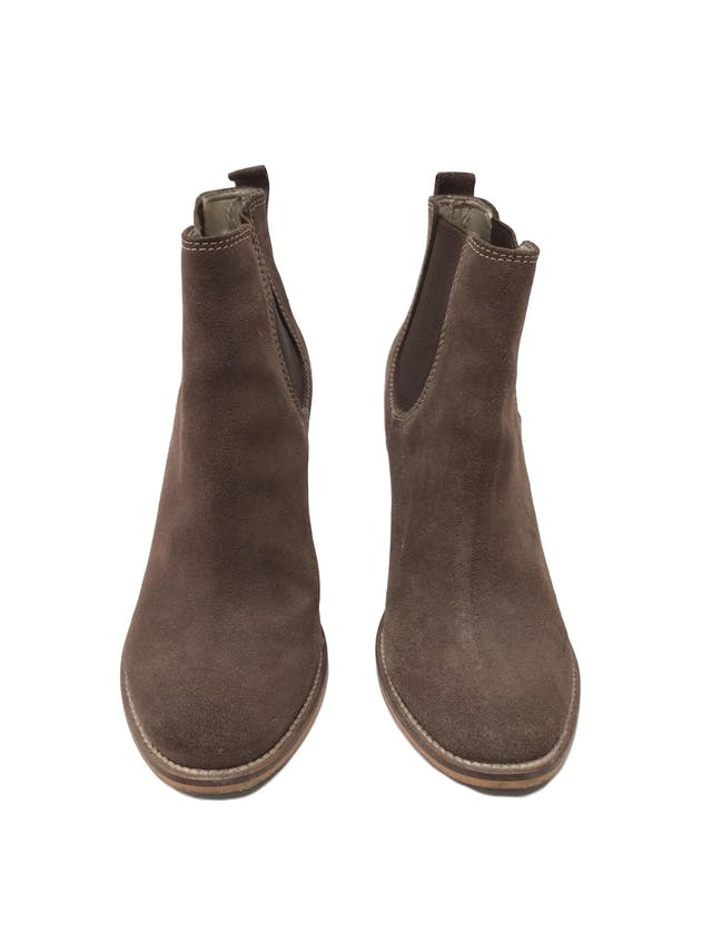 Botines Mazzari de gamuza marrón (cuero), taco 9 grueso. Estado 9/10 Precio original S/ 420 foto 2