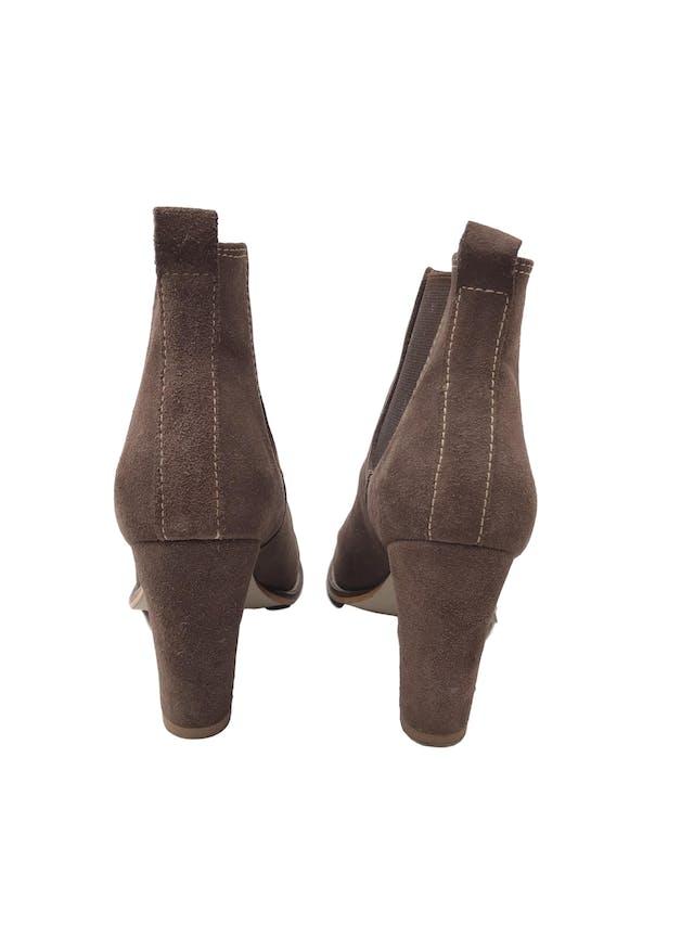 Botines Mazzari de gamuza marrón (cuero), taco 9 grueso. Estado 9/10 Precio original S/ 420 foto 3