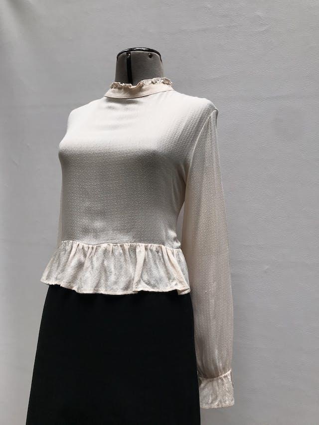 Blusa corta en tono crema con textura barroca, cuello alto con bobos, botón posterior, volantes en basta y puños.  Talla M foto 2