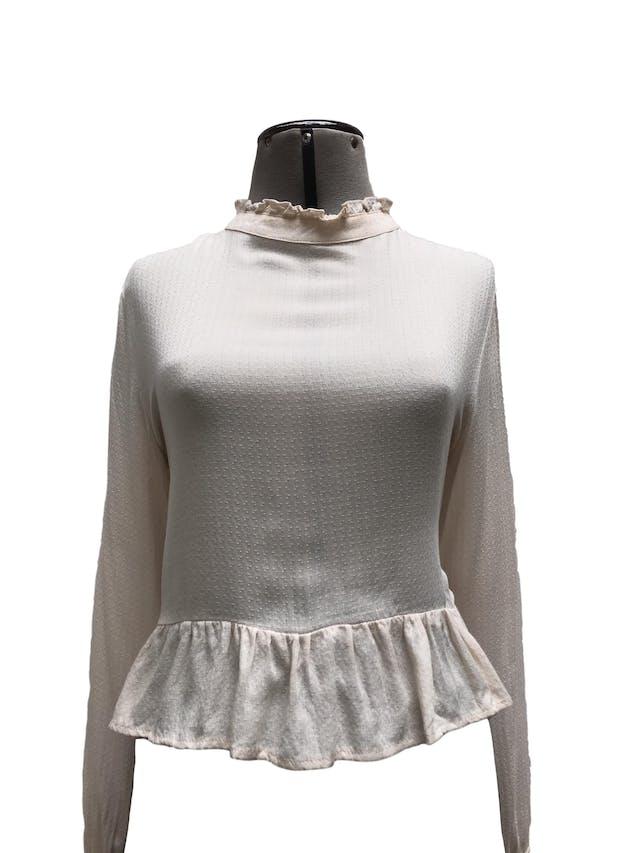 Blusa corta en tono crema con textura barroca, cuello alto con bobos, botón posterior, volantes en basta y puños.  Talla M foto 1
